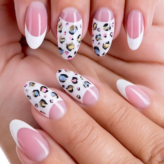 Le unghie della bella donna con bella french manicure