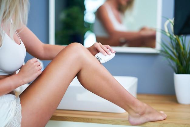 화장실에서 아름 다운 여자 면도 다리