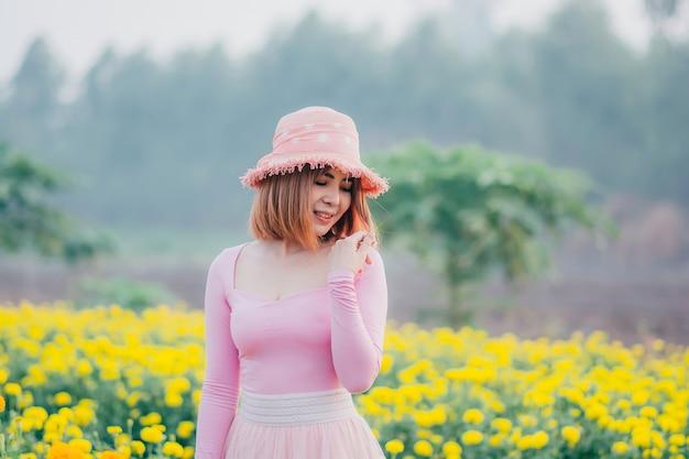 Красивая женщина. она счастлива быть в цветочном саду.