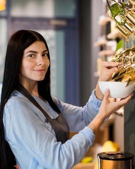 Красивая женщина, делающая покупки био-продуктов