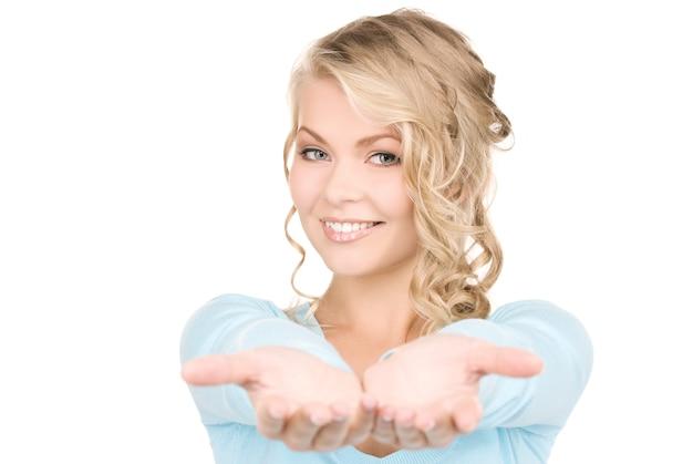 그녀의 손의 손바닥을 보여주는 아름 다운 여자