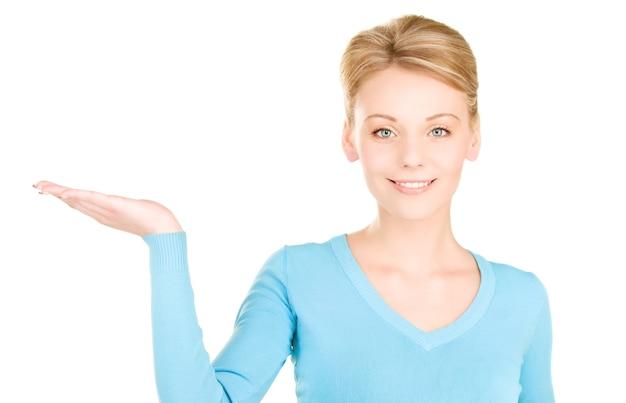 Красивая женщина показывает что-то на ладони
