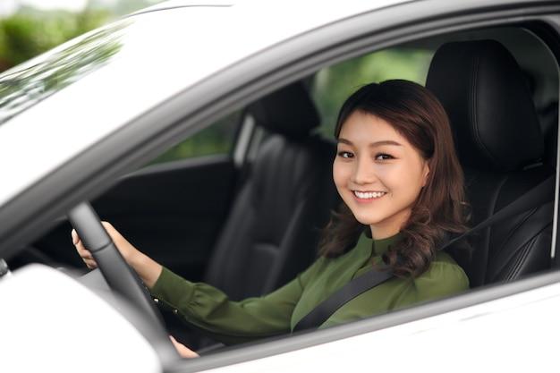 Красивая женщина, сидящая за рулем автомобиля