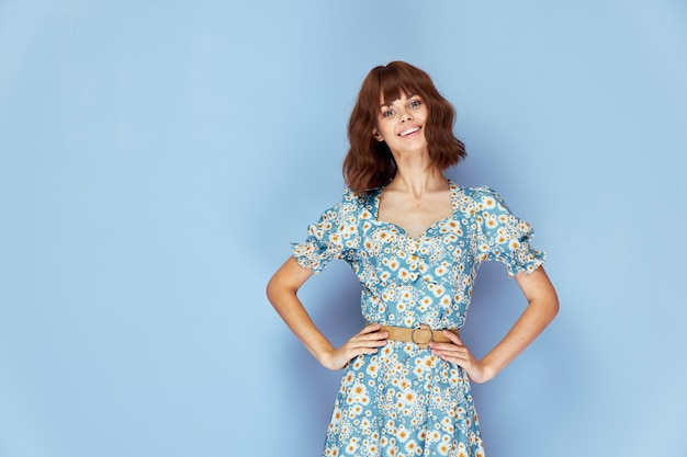 ベルトの楽しい夏服ライフスタイルに手を笑顔