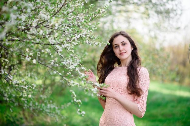 Красивая женщина улыбается в парке