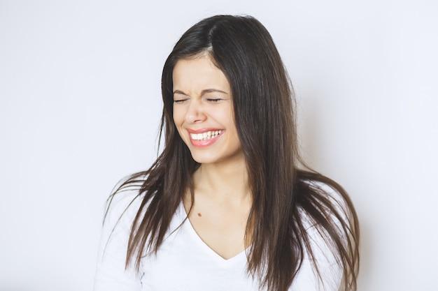 아름 다운 여자 웃 고입니다. 그녀의 피부를 만지고 젊은 여성.
