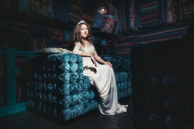 동양 스타일과 인테리어의 아름다운 여자 sultana 드레스 보석 티아라