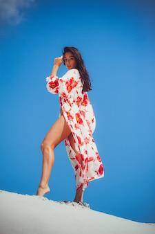 Красивая женщина летние купальники на песке