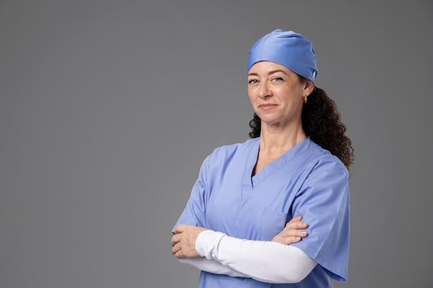 笑顔の美しい女性外科医