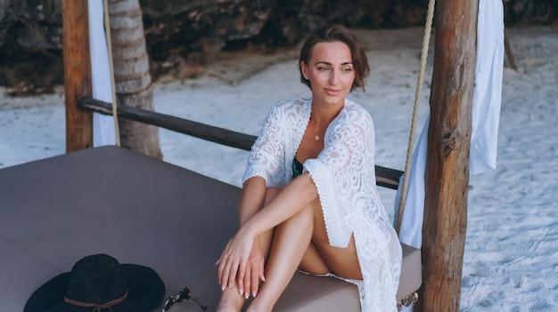 Bella donna in costume da bagno dall'oceano