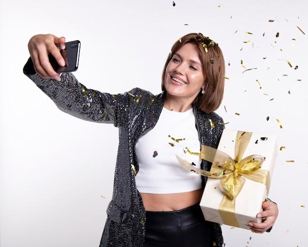 Selfie를 복용하는 아름 다운 여자