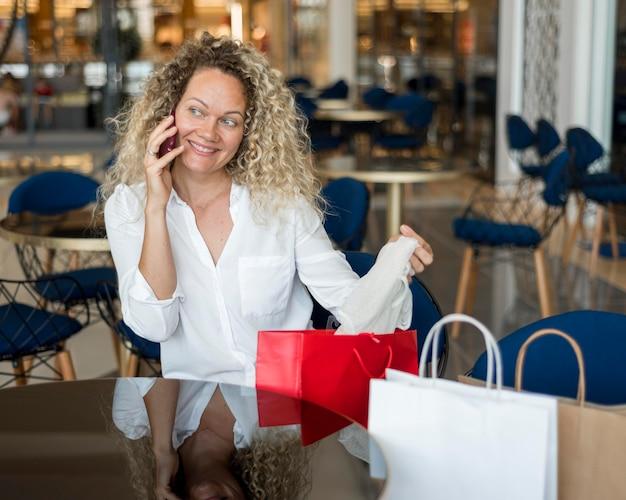 Bella donna che prende una pausa dopo lo shopping