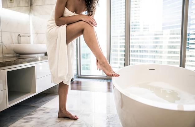 럭셔리 욕실에서 뜨거운 목욕을하는 아름 다운 여자