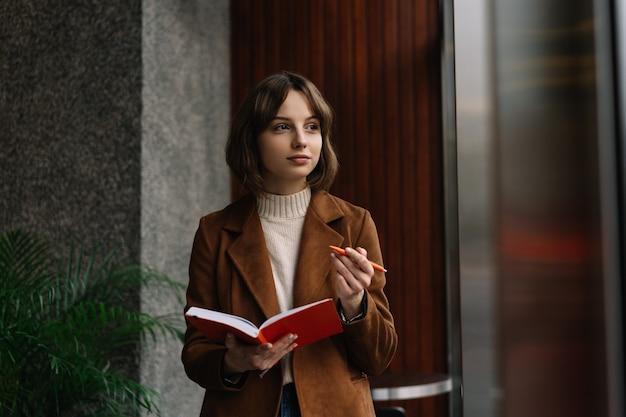 Красивая женщина заметок в блокноте, рабочий проект