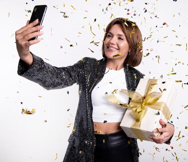 Bella donna che cattura un selfie