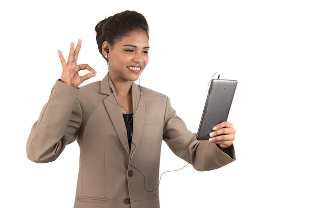 Красивая женщина разговаривает по видеоконференции онлайн с помощью смартфона