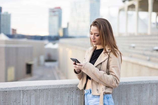 Красивая женщина разговаривает по мобильному телефону