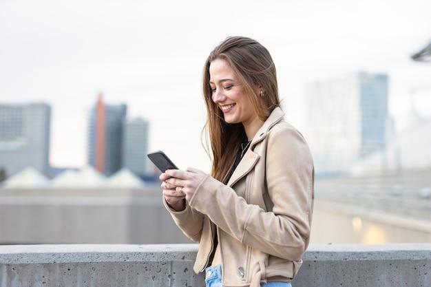彼女の携帯電話で話している美しい女性
