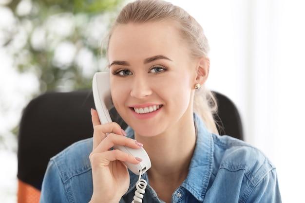 실내 전화 통화하는 아름 다운 여자
