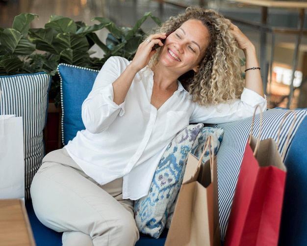 電話で話している美しい女性