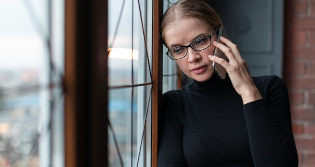 Bella donna che parla al telefono