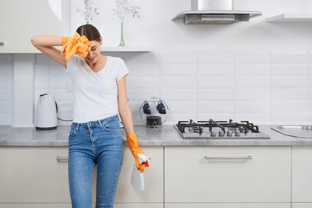 Красивая женщина устала после уборки кухни