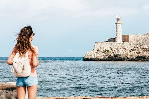 キューバでの休暇を楽しんでいる美しい女性の観光客。観光の概念。