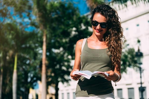 休暇を楽しんでいる美しい女性の観光客。観光の概念。