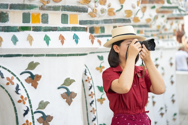 Камера удерживания красивой женщины туристская для того чтобы захватить воспоминания