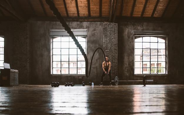美しい女性のトレーニングとジムでのファンクショナルトレーニング