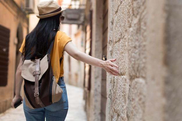 Красивая женщина путешествует одна в черногории