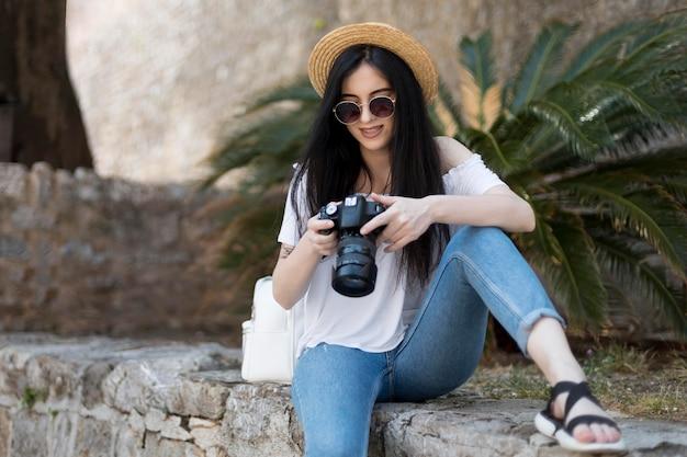 モンテネグロで一人旅の美しい女性