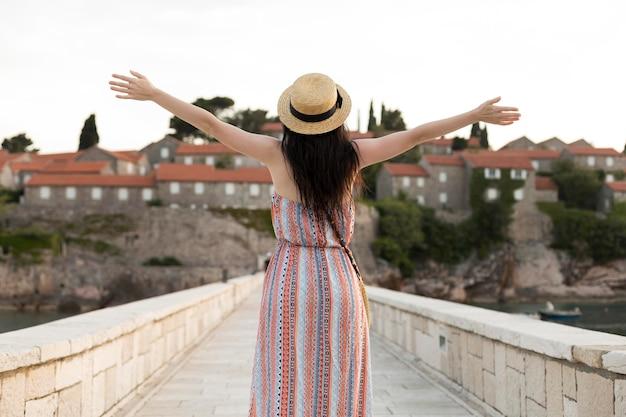 몬테네그로에서 혼자 여행하는 아름다운 여성