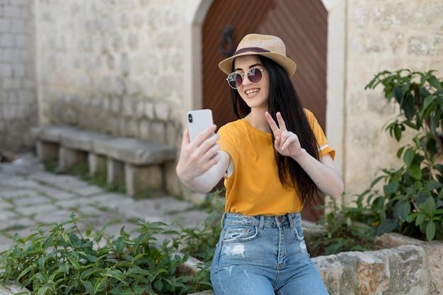 Bella donna che viaggia da sola in montenegro