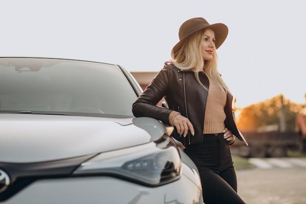 그녀의 차로 여행하는 아름다운 여자