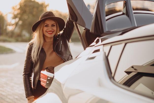 彼女の車で旅行する美しい女性