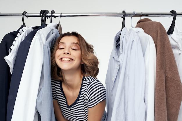 衣料品店の小売り明るい背景にしようとしている美しい女性