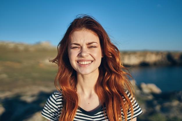 海の太陽の近くの山の自然の夏の美しい女性のtシャツ