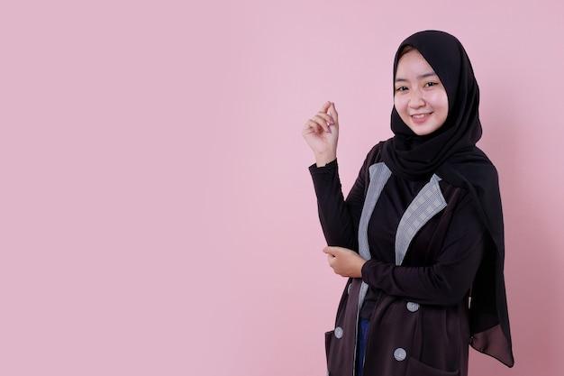미소하고 쾌활한 검은 치마를 사용하여 아름다운 여자