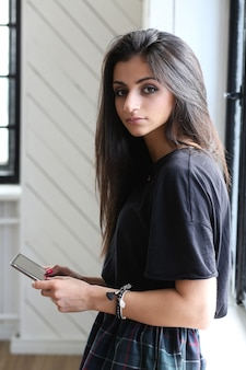 그녀의 태블릿을 사용 하여 아름 다운 여자
