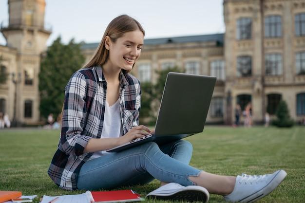 Красивая женщина, используя ноутбук, набрав, работает в интернете, смотреть учебные курсы. студент учится, дистанционное обучение