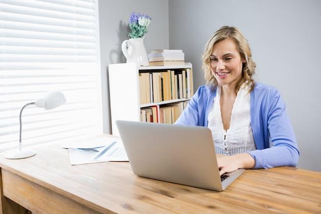 노트북을 사용 하여 아름 다운 여자
