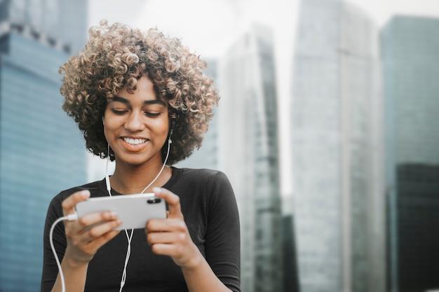 Красивая женщина с помощью смартфона в городе, ремикс медиа