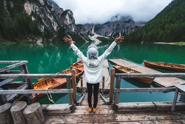 ブラーイエス湖、イタリアの高山湖を訪れる美しい女性