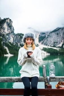 Красивая женщина, посещающая альпийское озеро в брайесе, италия