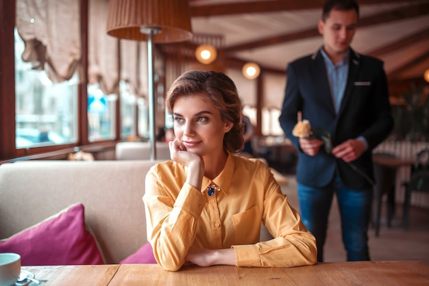 レストランで待っている美しい女性