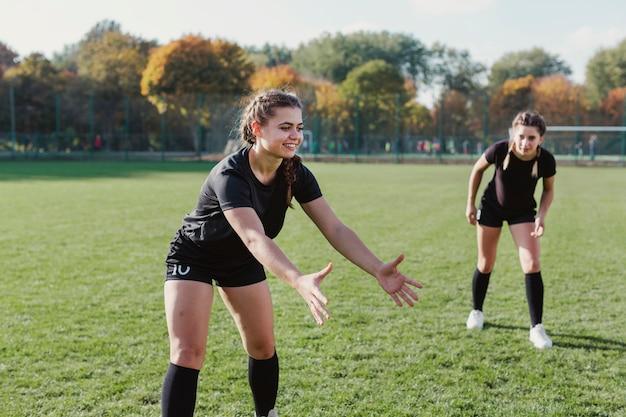 ボールをキャッチするを待っている美しい女性