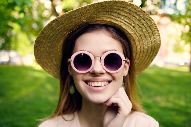 美しい女性がこの夏のライフスタイルで公園を歩く