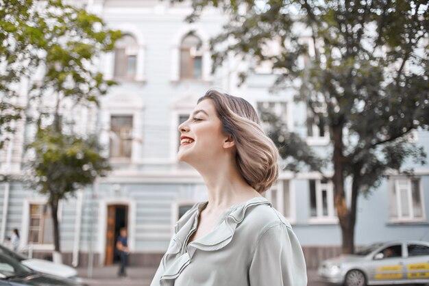 Красивая женщина, ходить в красной юбке на открытом воздухе улица. фото высокого качества