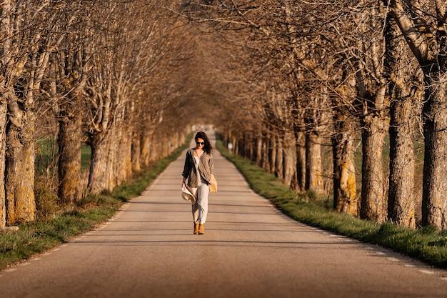 도 걷는 아름 다운 여자. 우울한 개념